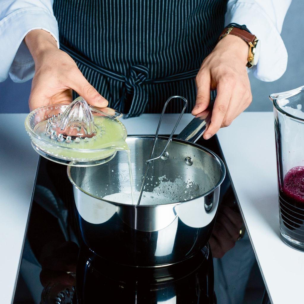 Granita z buraków - dodawanie żelatyny i soku z cytryny