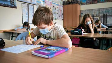Uczniowie w maskach ochronnych na twarzach (zdjęcie ilustracyjne)