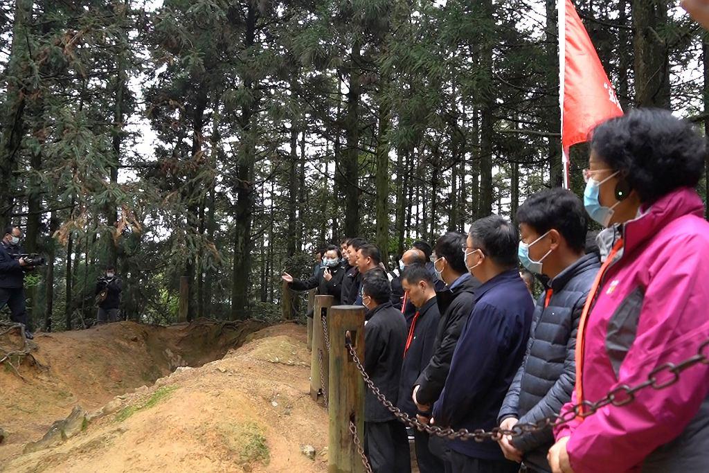 Słuchacze partyjnej szkoły dla wyższych kadr podczas wizyty w muzeum poświęconemu walkom Armii Czerwonej w latach 20. Prowincja Jiangxi. Jedna z niezliczonych zorganizowanych wycieczek z okazji stulecia KPCh