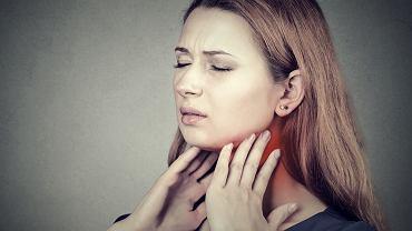 Wirusowe zapalenie gardła zazwyczaj ustępuje samoistnie w przeciągu kilku dni, jednak aby złagodzić dolegliwości warto stosować leki, które złagodzą dokuczliwe objawy, np. tabletki do ssania lub aerozole o działaniu przeciwzapalnym i przeciwbólowym