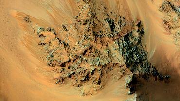 Krater Hale z widocznymi ciemniejszymi śladami spływającej wody