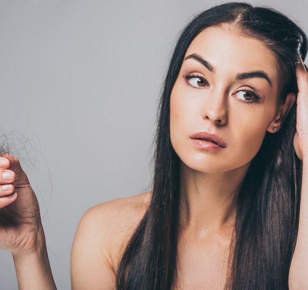 Wypadanie włosów jest jednym z powikłań po przechorowaniu koronawirusa. I ono może być masywne, czyli cierpiące na nie osoby mogą mieć wrażenie wypadania włosów garściami.