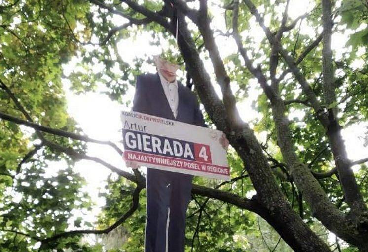 Baner posła PO Artura Gierady powieszony na drzewie