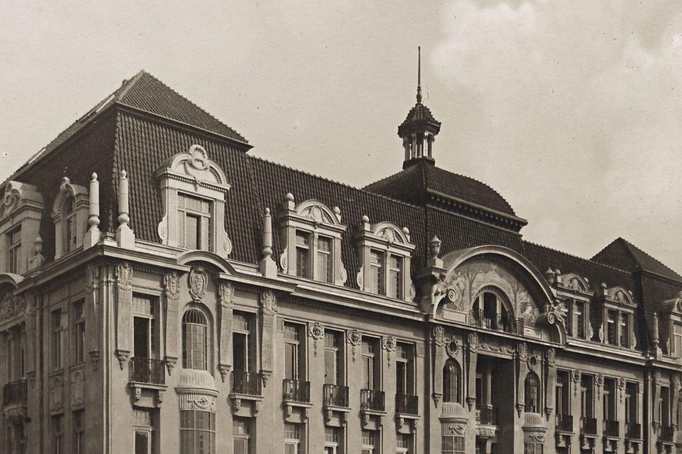 Grand Hotel przed przebudową z 1909 roku, jeszcze z secesyjnym detalem na elewacji.