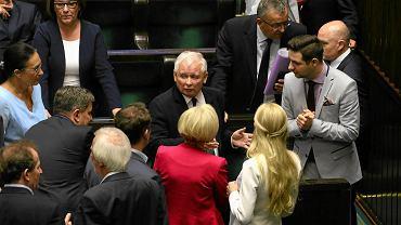 Jarosław Kaczyński w otoczeniu podwładnych. Sejm 22 czerwca 2017