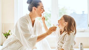 Dziecko powinno mieć myte zęby przez rodzica do 12 roku życia? Stomatolodzy odpowiadają