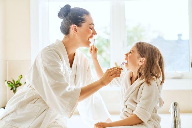Rodzic powinien myć zęby dziecku do 12 roku życia? Sieć kpi: Życiowy kaleka. Dentyści odpowiadają: Jest problem