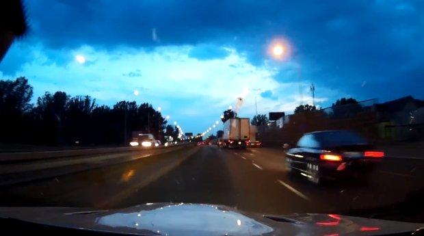 Kadr z filmu przedstawiającego rajd kierowcy białego BMW po ulicach Warszawy (Fot. YouTube)