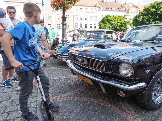 Zdjęcie numer 18 w galerii - Międzynarodowy rajd zabytkowych pojazdów na Rynku w Wałbrzychu. Było co podziwiać [ZDJĘCIA]