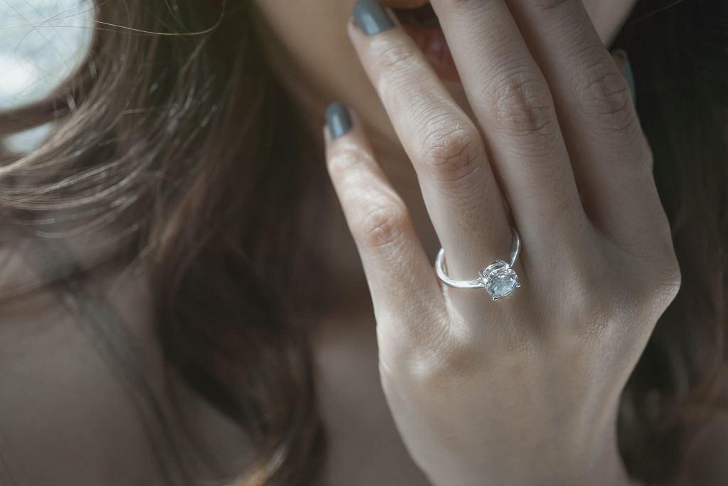 Ile powinien kosztować pierścionek zaręczynowy? 'Byle większy i droższy niż u koleżanek'