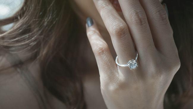 """Ile powinien kosztować pierścionek zaręczynowy? """"Byle większy i droższy niż u koleżanek"""""""