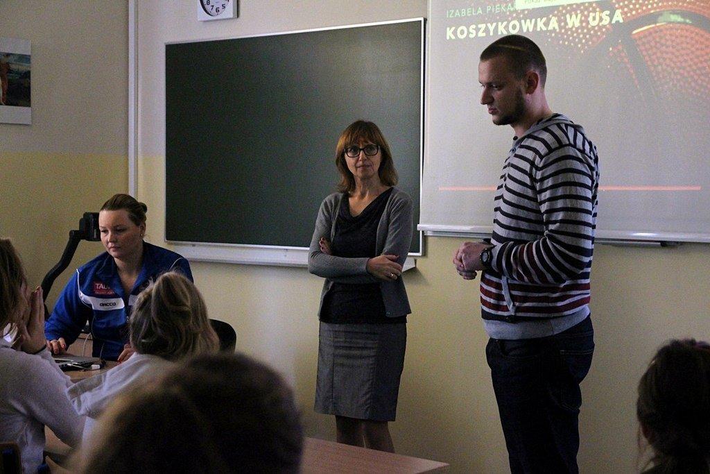 Koszykarka KSSSE AZS PWSZ Gorzów Iza Piekarska na lekcji w Akademickim Gimnazjum Mistrzostwa Sportowego