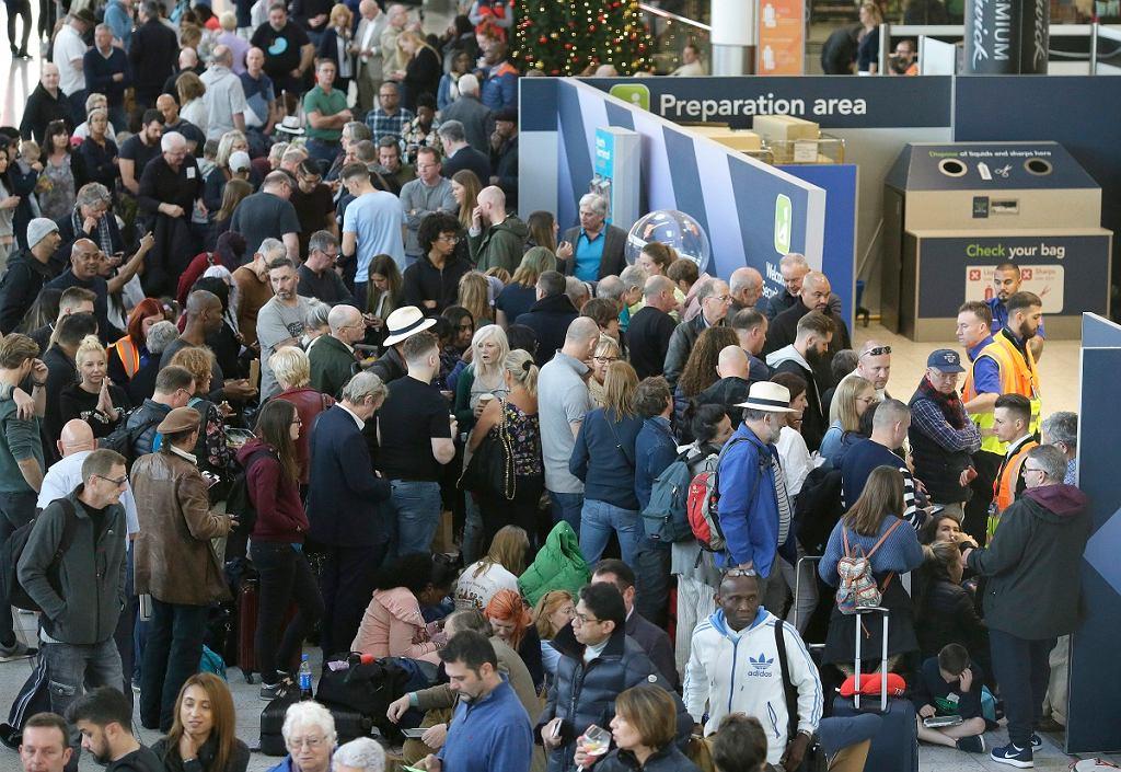 Drony nad lotniskiem Gatwick. Chaos w porcie, tysiące pasażerów czeka na odlot