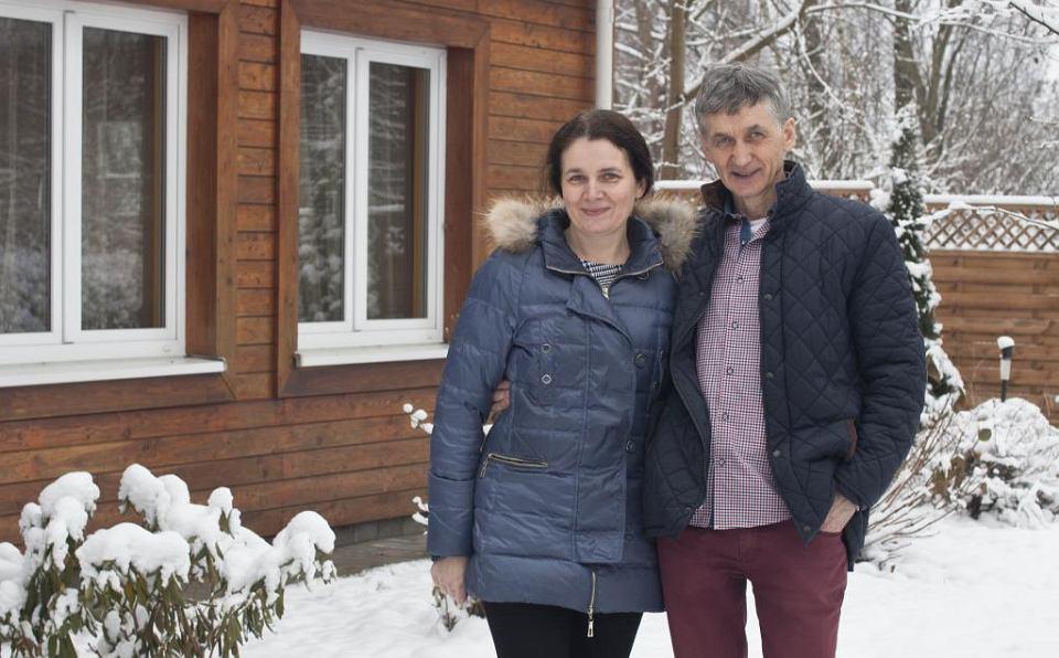 Leszek: To nie jest zwykła praca, że idziesz na budowę. Otacza nas niesamowita przyroda, często lądujemy w miejscach, gdzie nie ma prądu, lodówki, jedzenie trzymamy w jeziorze. To jest wspaniałe (na zdjęciu z żoną Iwoną przed domem w Osowie pod Gdańskiem)