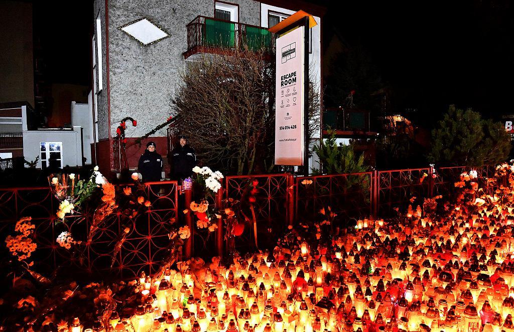 Znicze przed escape roomem w Koszalinie