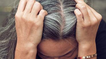 Sposoby kobiet na walkę z siwizną. Co jest polecane, a co tylko osłabia włosy?