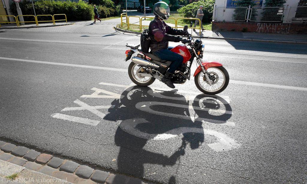 Motocyklista na buspasie