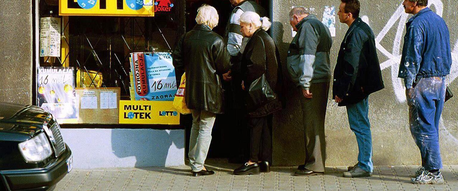 Kolejka do kolektury Lotto (fot. Wojciech Olkuśnik / Agencja Gazeta)