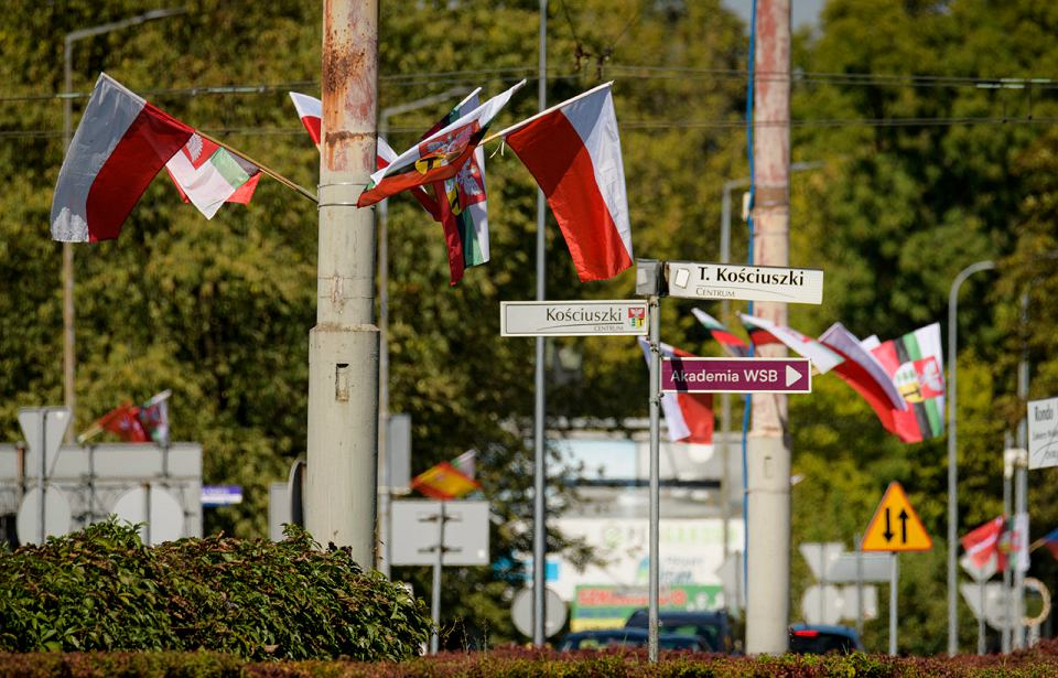 Narodowe flagi Meksyku, Korei Południowej, Kostaryki, Stanów Zjednoczonych, Francji, Japonii i dziewiętnastu innych państw zdobią główne ulice Dąbrowy Górniczej. To znak, że rozpoczął się 13. Międzynarodowy Konkurs Muzyczny im. Michała Spisaka