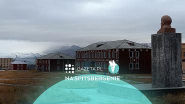 Piramida, Spitsbergen, Svalbard. Rynek z pomnikiem Lenina, w tle lodowiec Nordenskiolda.