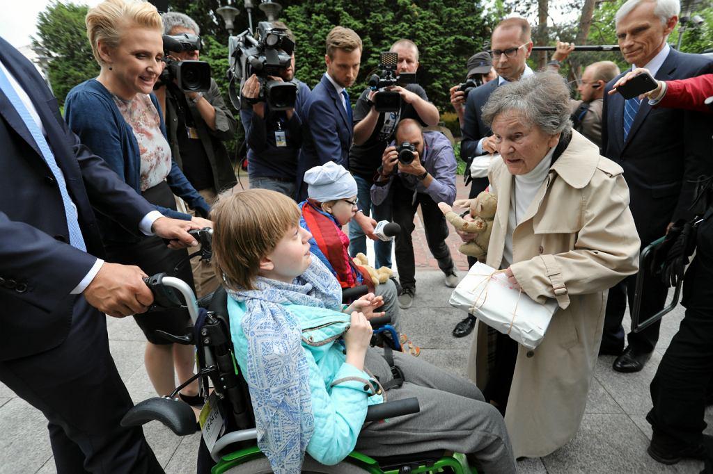 Wanda Traczyk Stawska oddaje małpkę