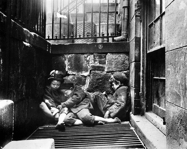 Jacob Riis fotografował życie biednych imigrantów na nowojorskich ulicach. Na zdjęciu: trójka arabskich dzieci na Mulberry Street
