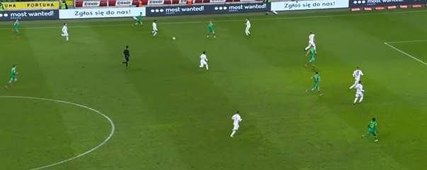 Defensywa Legii w drugiej połowie. Nawet przy szybkich atakach Śląska 6-7 zawodników gospodarzy było ustawionych za linią piłki, szybko odbudowując ustawienie.