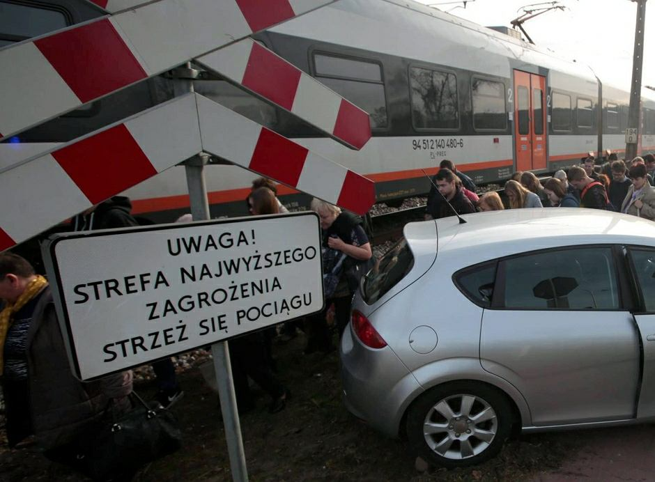 Wypadek na niestrzeżonym przejeździe kolejowym - zdjęcie ilustracyjne