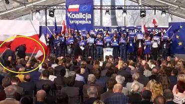 Janina Ochojska - kandydatka Koalicji Obywatelskiej nie mogła sama wejść na scenę