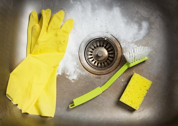 Jak wreszcie raz a dobrze oczyścić zlew? Użyj mąki [TRIK]