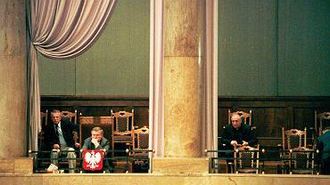 1.07.1994, Sejm, prezydent Lech Wałęsa przysłuchuje się debacie na temat ratyfikacji konkordatu ze Stolicą Apostolską, pierwszy z prawej ks. Franciszek Cybula