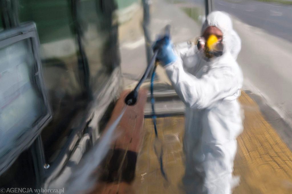 Epidemia koronawirusa. Dezynfekcja przystanków autobusowych w Rzeszowie
