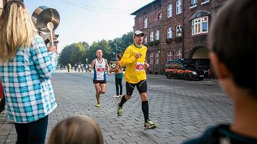 Biegacze na Nikiszowcu podczas Silesia Marathon w 2014 roku