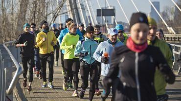 Uczestnicy treningów przygotowujących do ORLEN Warsaw Marathon nie tracą czasu. Co niedziela spotykają się z profesjonalnymi trenerami, którzy pomagają im w przygotowaniach do kwietniowego startu. 24 kwietnia odbędzie się Narodowe Święto Biegania, a ulicami Warszawy pobiegną uczestnicy ORLEN Warsaw Marathon oraz Biegu OSHEE 10 km. Zobaczcie, jak przygotowują się biegacze w Warszawie i dołączcie do ogólnopolskich, bezpłatnych treningów.