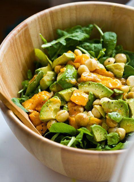 Sałatka z mango i awokado jest zdrowa i sycąca