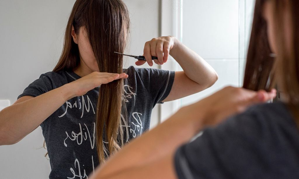 Jak idealnie równo podciąć włosy samodzielnie w domu? Ten prosty trik z TikToka to prawdziwy hit! (zdjęcie ilustracyjne)