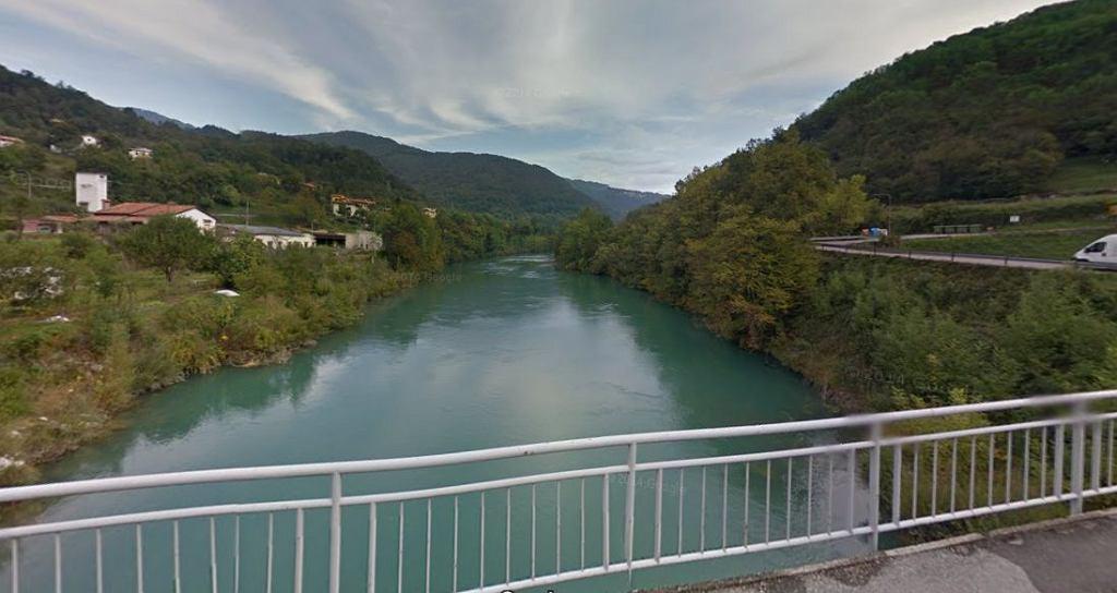 Rzeka Socza w Słowenii, ujęcie z miejscowości Plave. Zdjęcie ilustracyjne