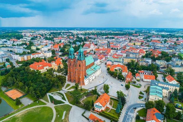 Najciekawszym zabytkiem Gniezna jest zbudowana przez Mieszka I irozbudowana wXV wieku katedra