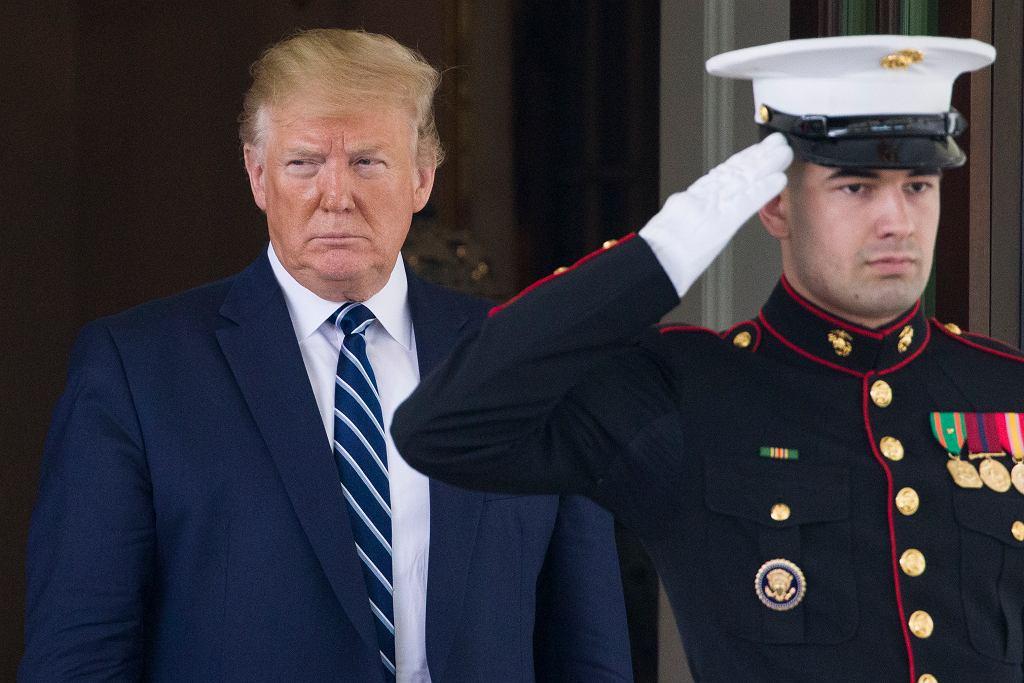 Prezydent USA Donald Trump (po lewej) opuszcza gmach Białego Domu w Waszyngtonie.