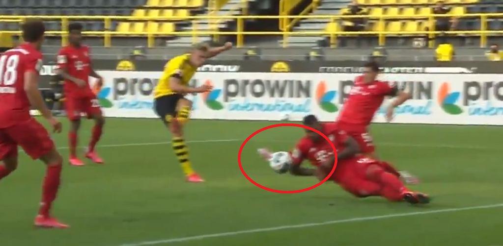 Jerome Boateng odbija piłkę
