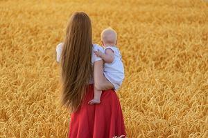 SOS dla słabych, cienkich i wypadających włosów po porodzie. Jak może je wzmocnić młoda mama?