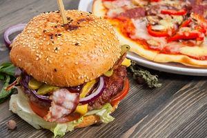 Burger na trzy sposoby z okazji Światowego Dnia Hamburgera