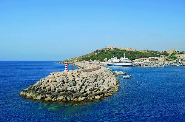 Gozo traktowane jest więc przez Maltańczyków jak taka nasza polska działka - wielu mieszkańców Malty ma na wyspie domy czy mieszkania wakacyjne, przyjeżdżają tu w weekendy (fot: Hasan Kalwas - z książki 'Gozo. Radosna siostra Malty')