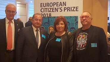Przedstawiciele WOŚP odebrali we wtorek w Brukseli dyplom Europejskiej Nagrody Obywatelskiej. Pierwszy z prawej Jerzy Owsiak