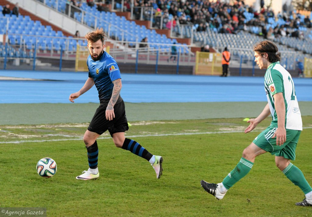 Zawisza - Olimpia 1:1. Wasił Panajotow (z lewej)