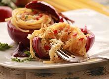 Cebulkowy makaron z lejącym sercem z mozzarelli - ugotuj