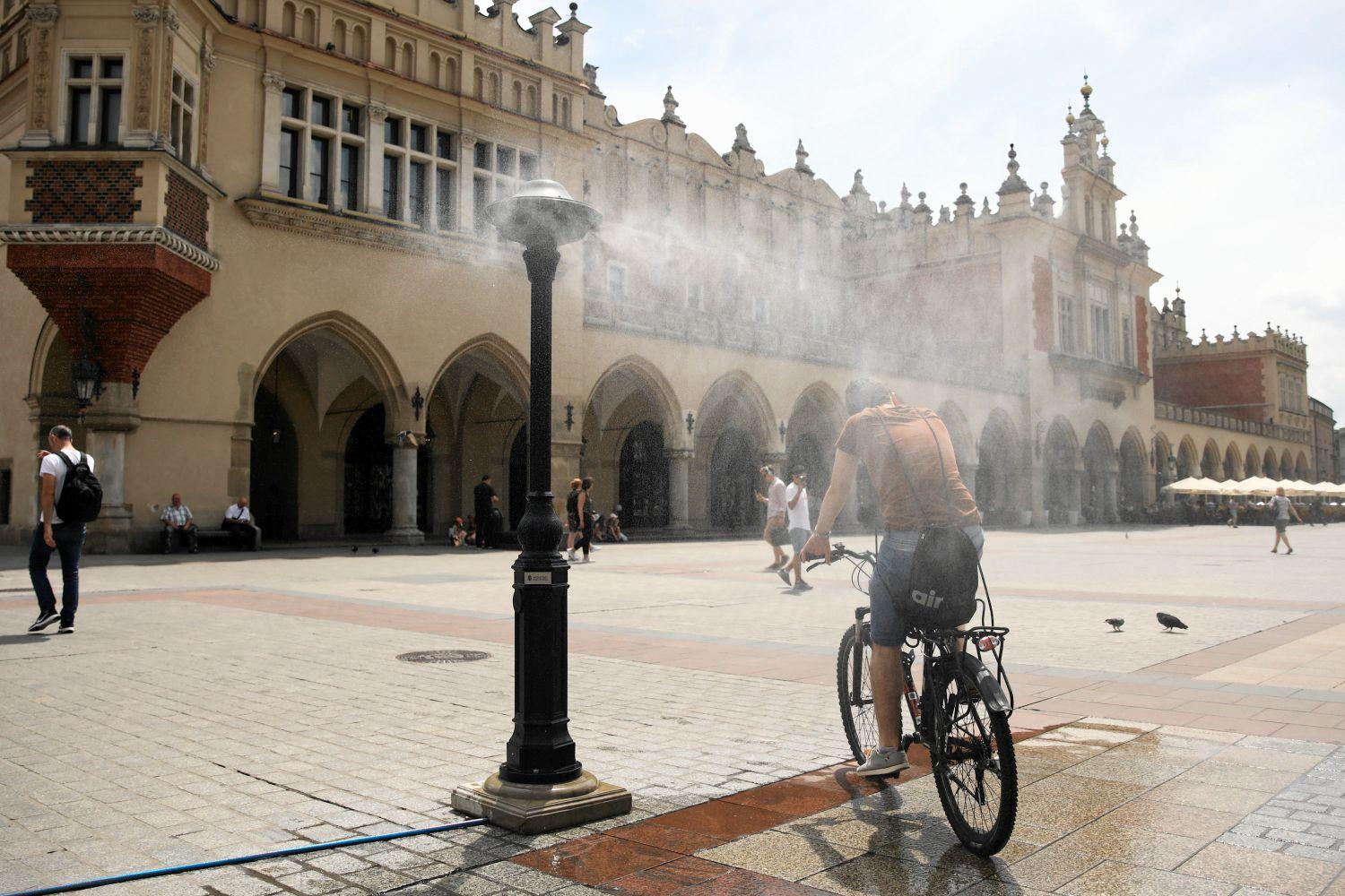 05.06.2019 Krakow , Rynek Glowny . Kurtyna wodna . Fot. Jakub Porzycki / Agencja Gazeta