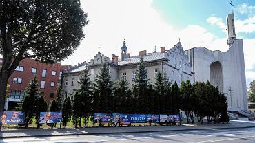 Wybory parlamentarne 2019. Plakaty wyborcze kandydatów PiS na ogrodzeniu budynku sąsiadującego z kościołem pw Matki Boskiej Saletyńskiej, który należy do Saletynów .