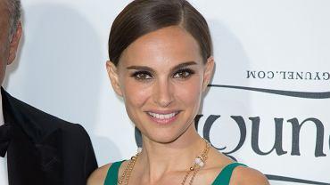 <b>18. Natalie Portman - 6 mln dolarów </b><br/>W tym roku Portman, podobnie jak Johannson, świeżo upieczona mama, zrealizowała czek za udział w filmie 'Thor: Mroczny świat'. Zadebiutowała też jako reżyserka adaptacją książki Amosa Oza 'Opowieść o miłości i mroku'. Jest też twarzą perfum Miss Dior.