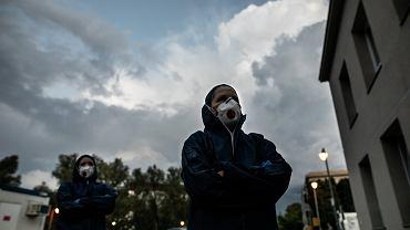 Pandemia koronawirusa. Medycy w maskach i strojach ochronnych.